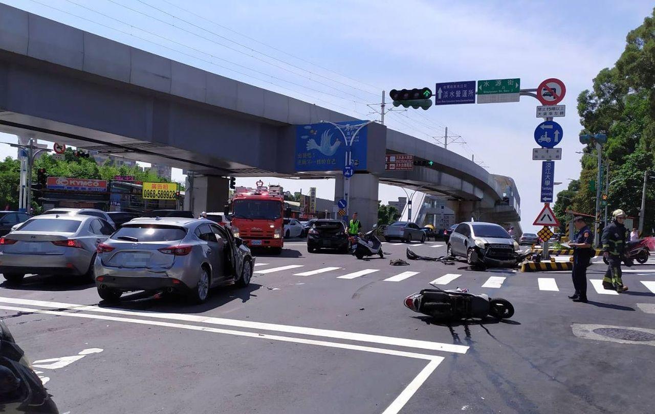 淡水區淡金路一段下午發生4輛汽車與1輛機車擦撞車禍,造成8人受傷皆為女性,分別被...