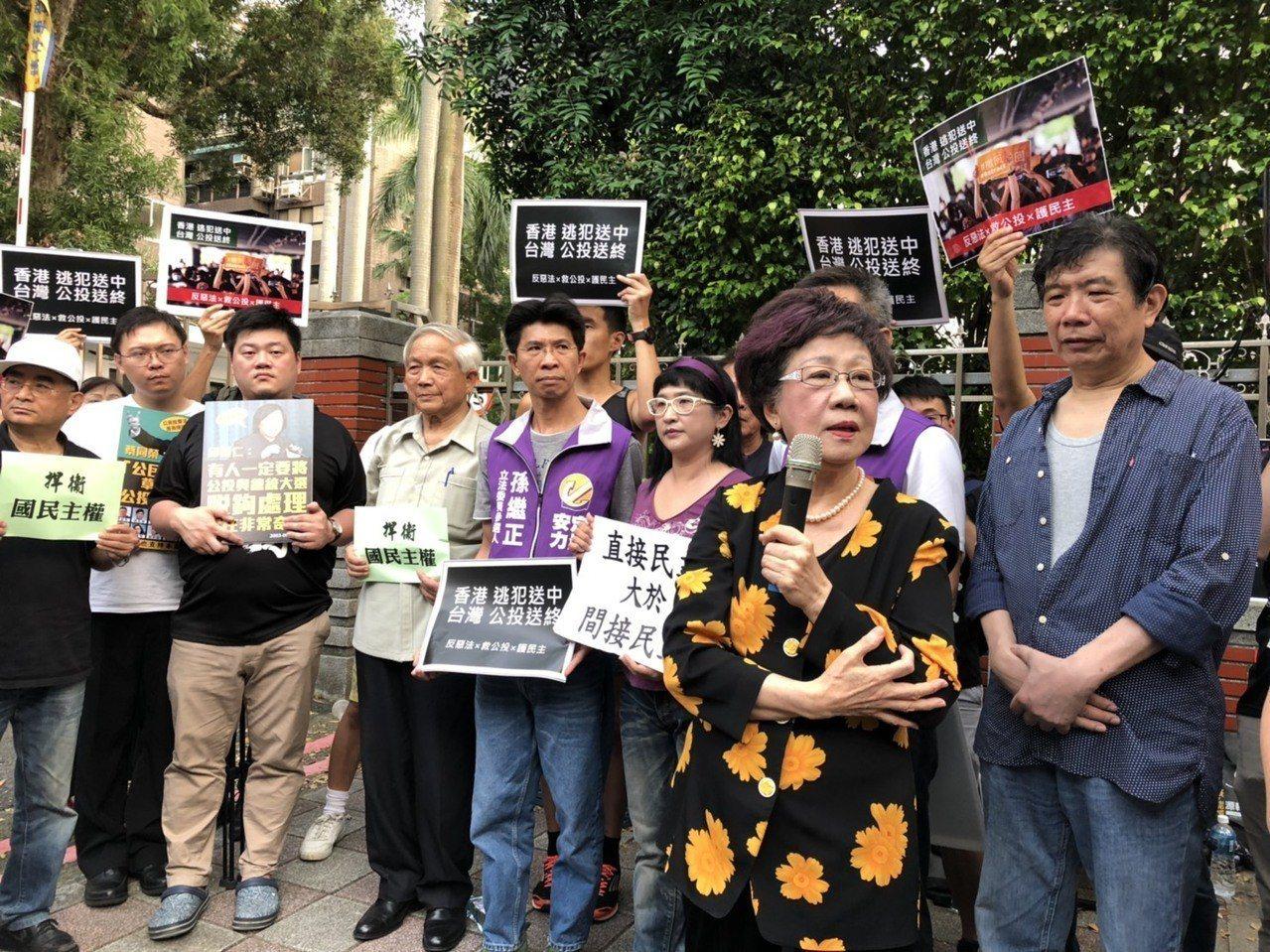 前副總統呂秀蓮(前排拿麥克風者)反對立法院將舉行臨時會修改公投法,批評目前政院版...