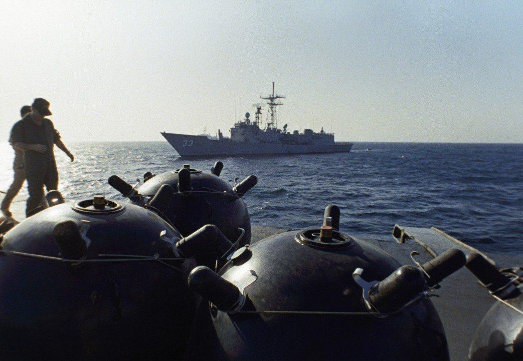 1987年9月21日,美國海軍在波斯灣俘獲伊朗海軍「伊朗號」布雷艦,美軍登艦查獲...