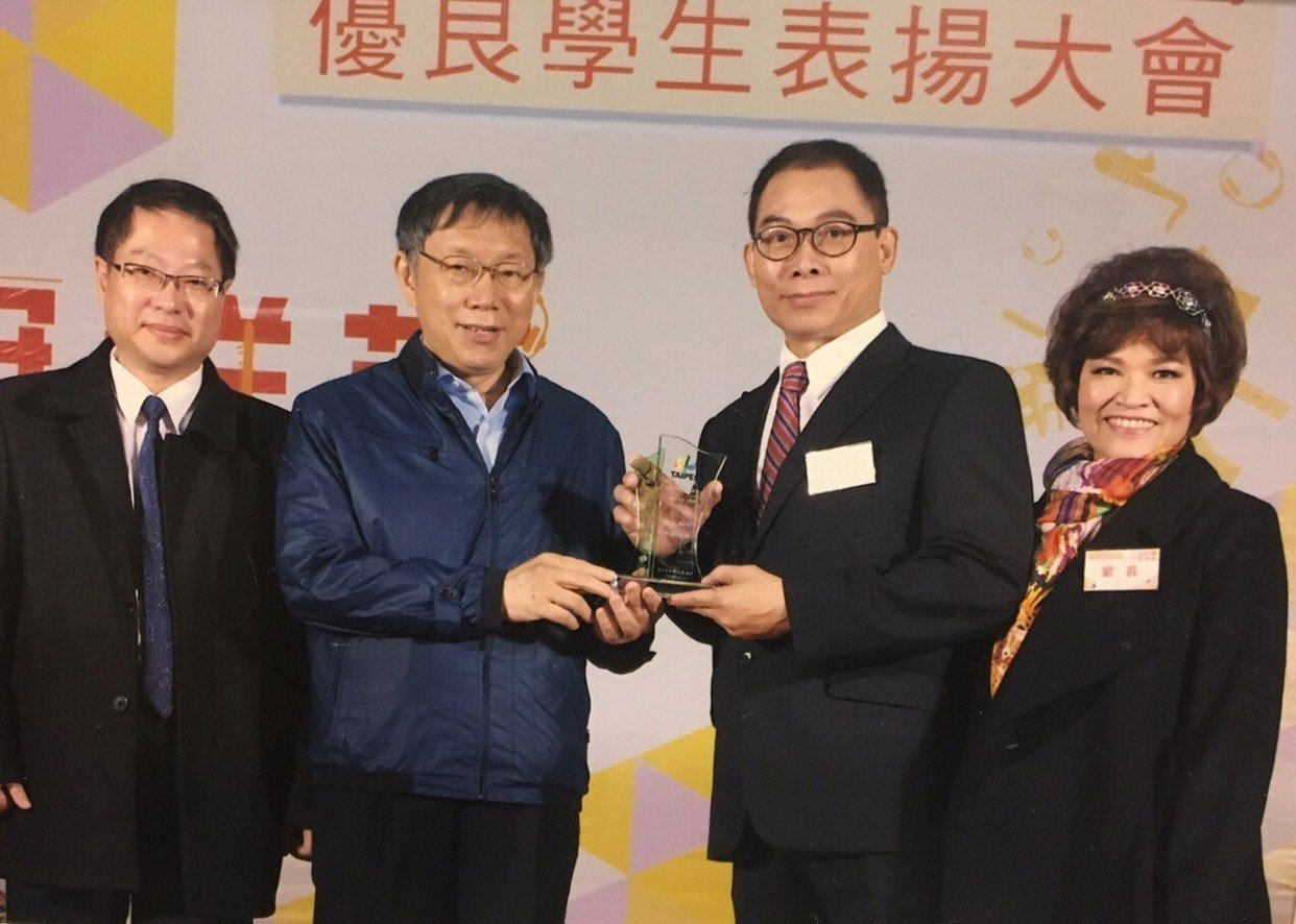 64歲的開平餐飲學校進修部學生羅維徵(右2)是今年台北市市長獎得獎者之一。圖/開...