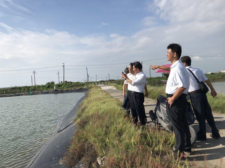 台灣魚塭生態養殖協會舉辦台日綠能發展經驗交流,一行人參觀七股漁電共生專區劃設申請案場。 圖/台灣魚塭生態養殖協會提供