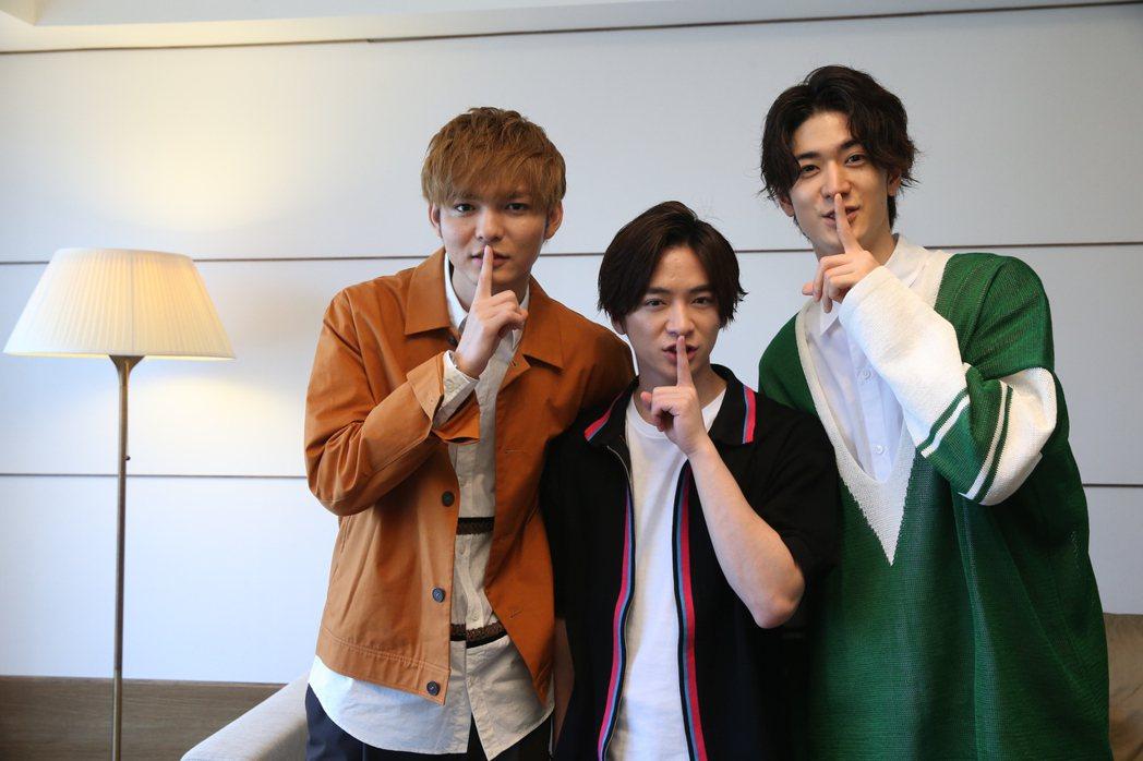 藪宏太(左起)、知念侑李、中島裕翔比出「噓星聞」招牌手勢。記者葉信菉/攝影
