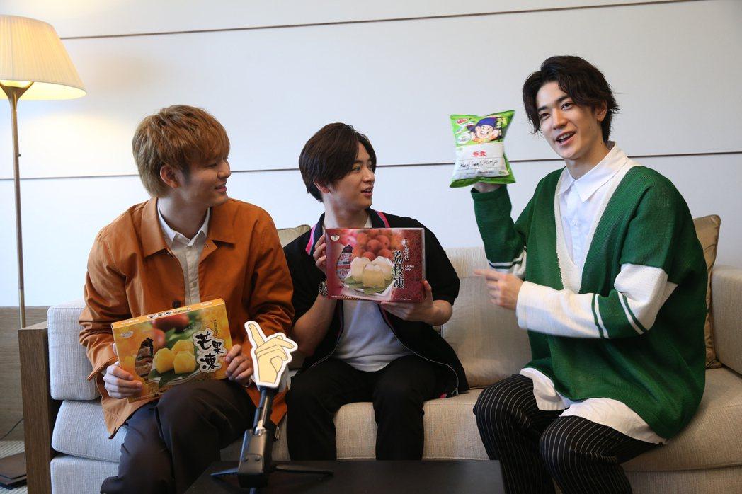 藪宏太(左起)、知念侑李、中島裕翔玩默契大考驗後獲得伴手禮獎品。記者葉信菉/攝影