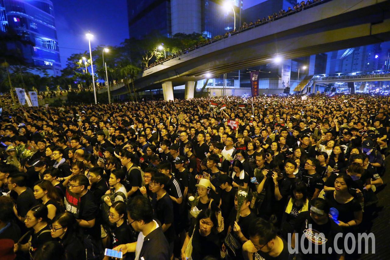 香港民陣號召反送中群眾上街遊行,隊伍由維多利亞公園出發到政府總部,要求撤回「逃犯...