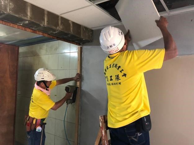 南市政府勞工局結合工會志工為弱勢受災戶修繕房屋。圖/勞工局提供