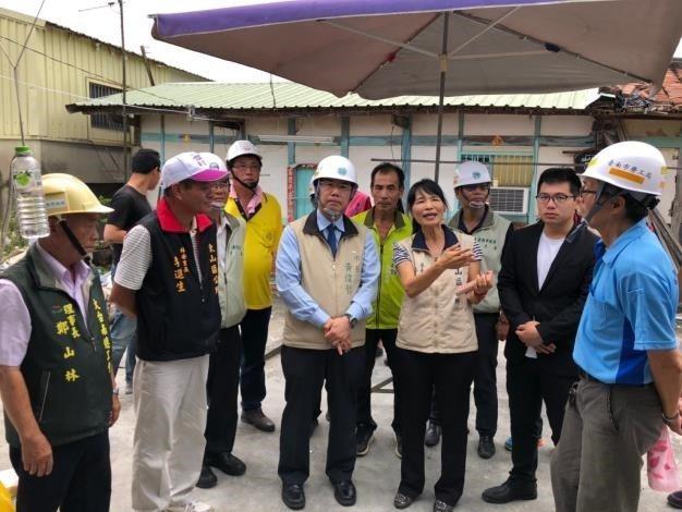 台南市黃偉哲(圖中)肯定勞工局結合工會志工,為弱勢受災戶修繕房屋。圖/勞工局提供