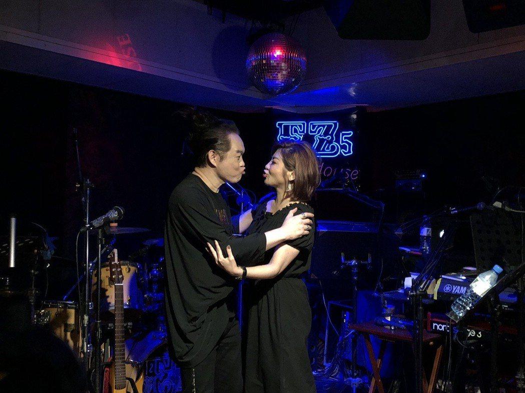 康康(左)和王彩樺搞笑作勢親親。記者林士傑/攝影