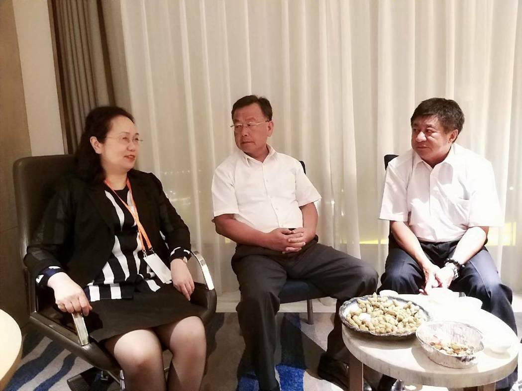 福建省台辦主任王玲(左)與澎縣長賴峰偉進一步討論陸船越界捕魚問題,表示將盡力促成...
