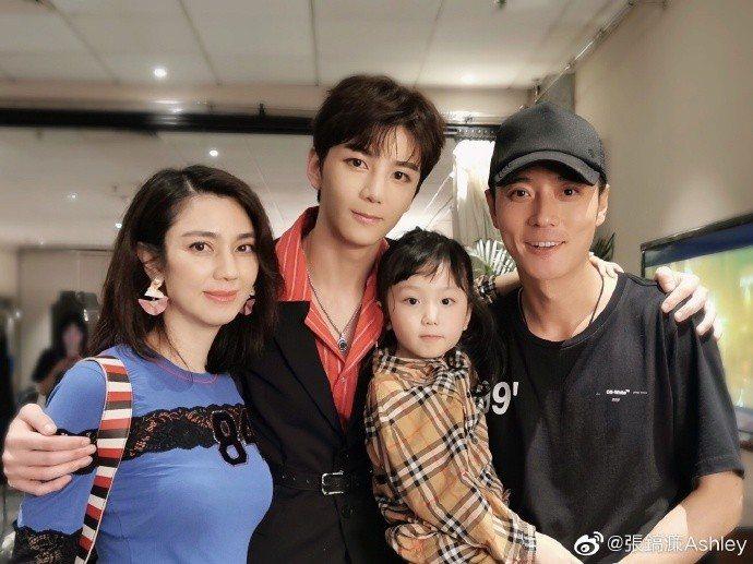 洪欣(左起)、兒子張鎬濂和女兒、張丹峰一家四口和好如初。圖/摘自微博