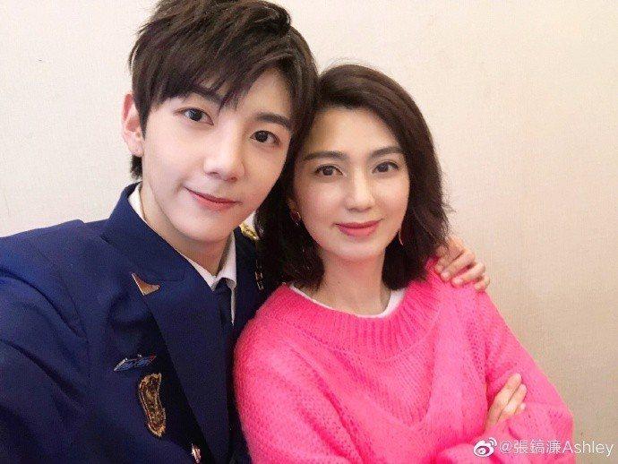 洪欣和18歲帥兒張鎬濂。圖/摘自微博