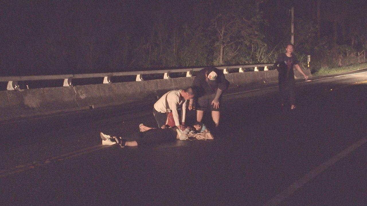 一位機車女騎士16日晚上8點多,行經省道台11線(東海岸公路)七里橋段,疑天色昏...