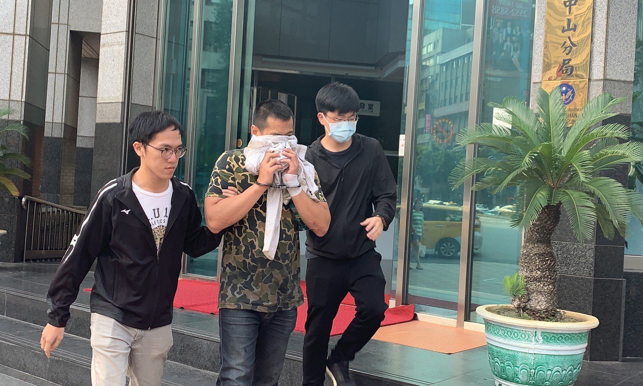 涉嫌潮警察開槍的邱姓男子,今晚遭檢方聲押。記者蕭雅娟/攝影