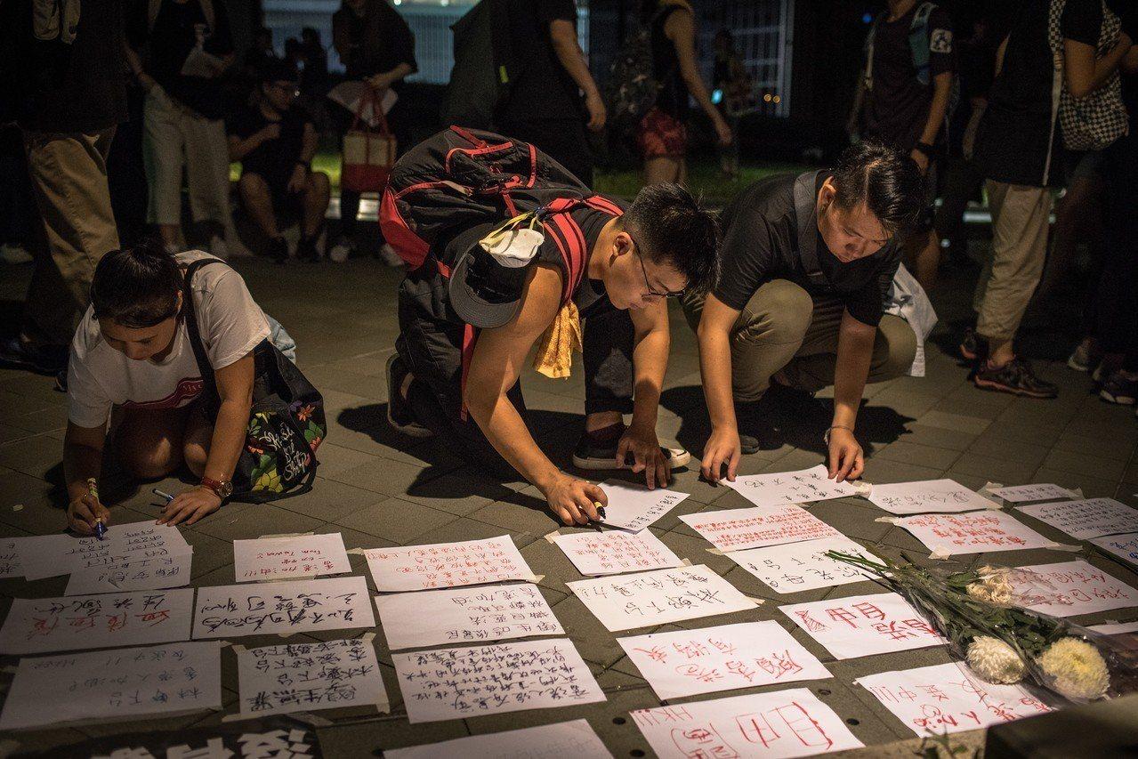 抗議者16日在香港立法會外寫信給香港政府,要求撤回逃犯條例修法草案。(歐新社)