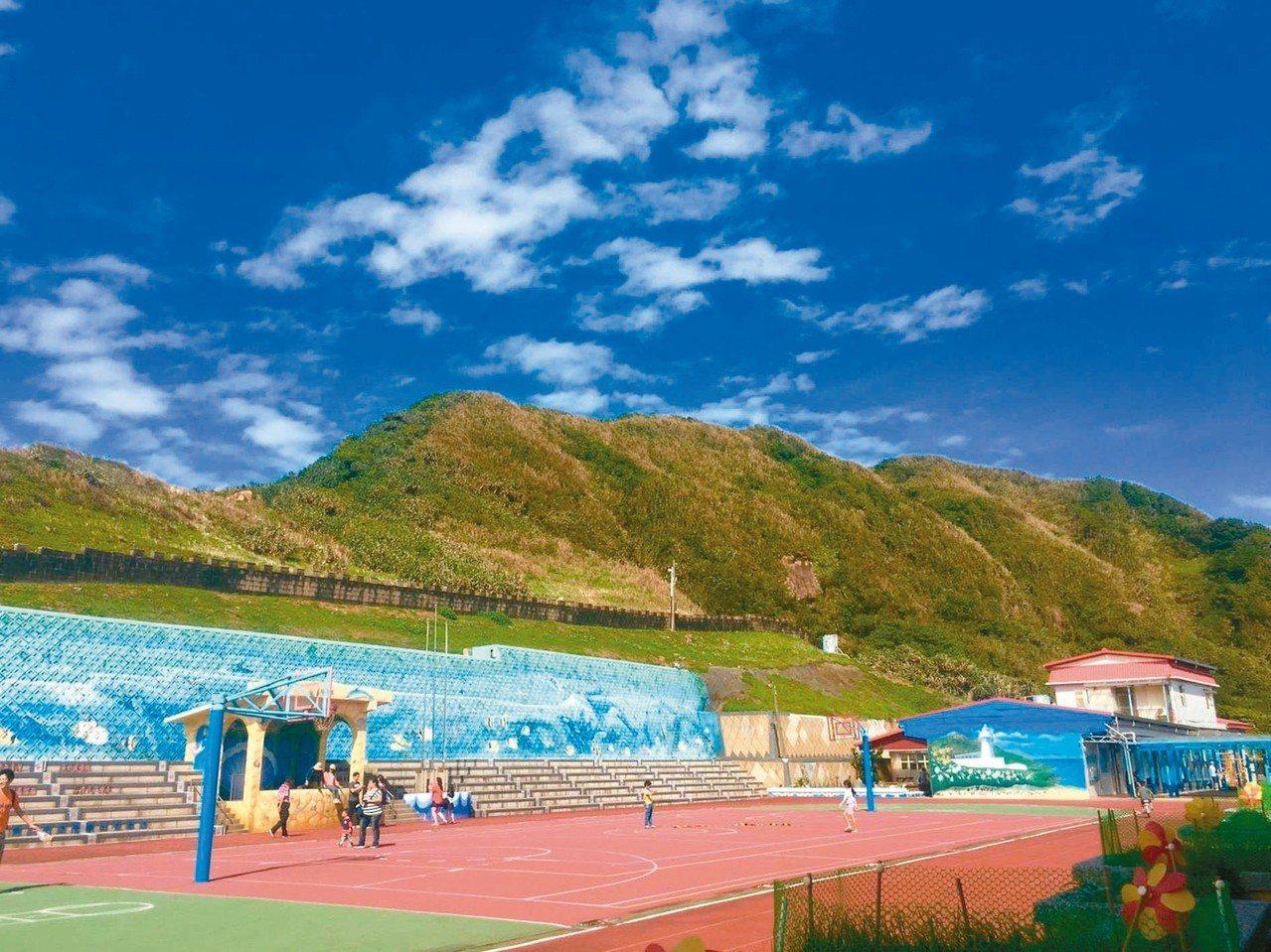 鼻頭國小校園即可欣賞美麗的海蝕平台,被譽為全台最美海邊學校。 圖/鼻頭國小提供
