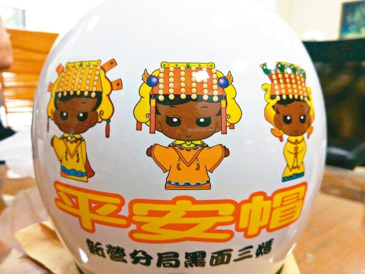 台南市警方推動「平安帽」專案,員警取締機車騎士未戴安全帽時,借出安全帽,保障行車...