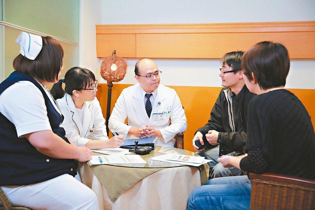 諮商小組與當事人討論預立醫囑。 圖/慈濟醫院提供
