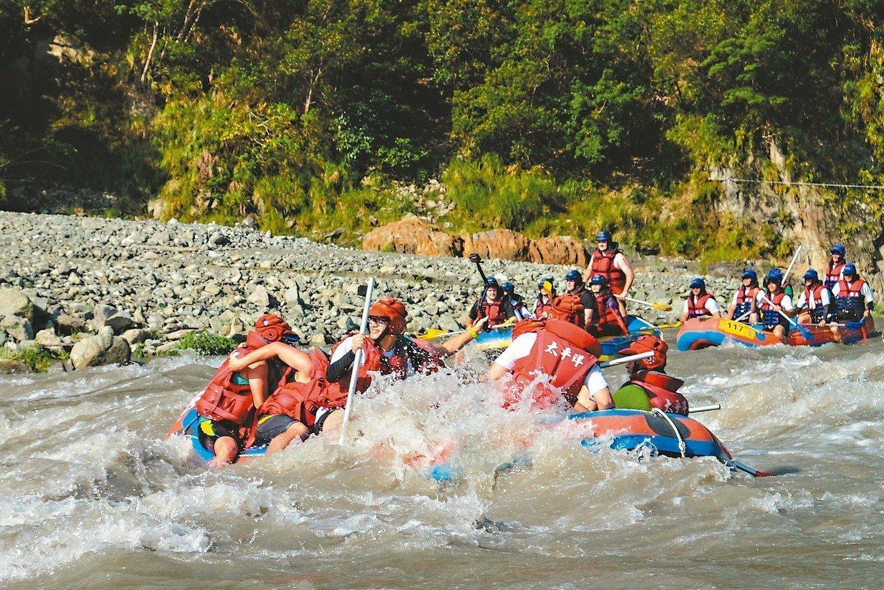 花蓮秀姑巒溪國際泛舟鐵人三項競賽,第一項比賽泛舟,從秀姑巒溪泛舟遊客中心出發。 ...