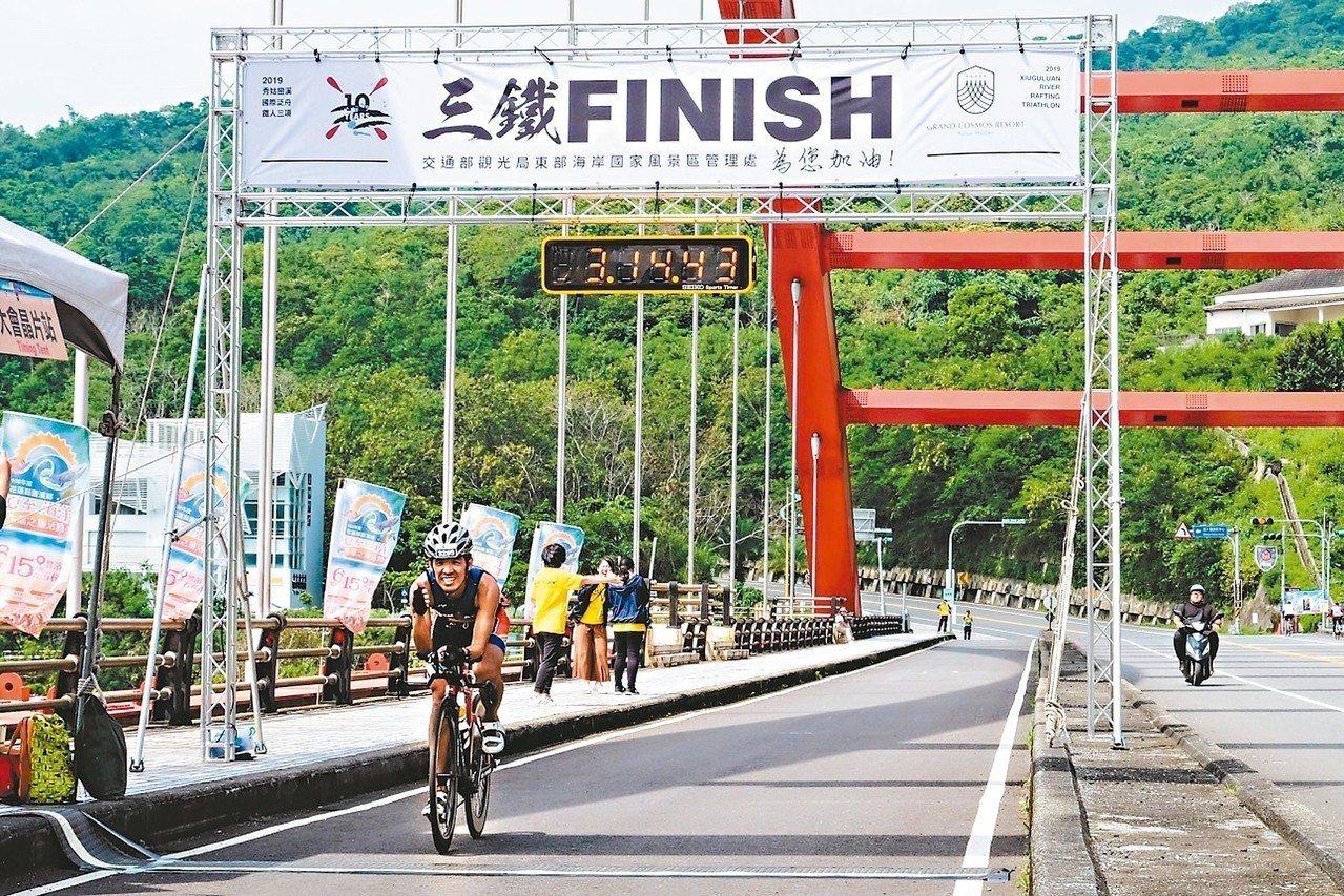 花蓮秀姑巒溪國際泛舟鐵人三項競賽,男子組由台灣好手吳明杰奪冠。 圖/東管處提供