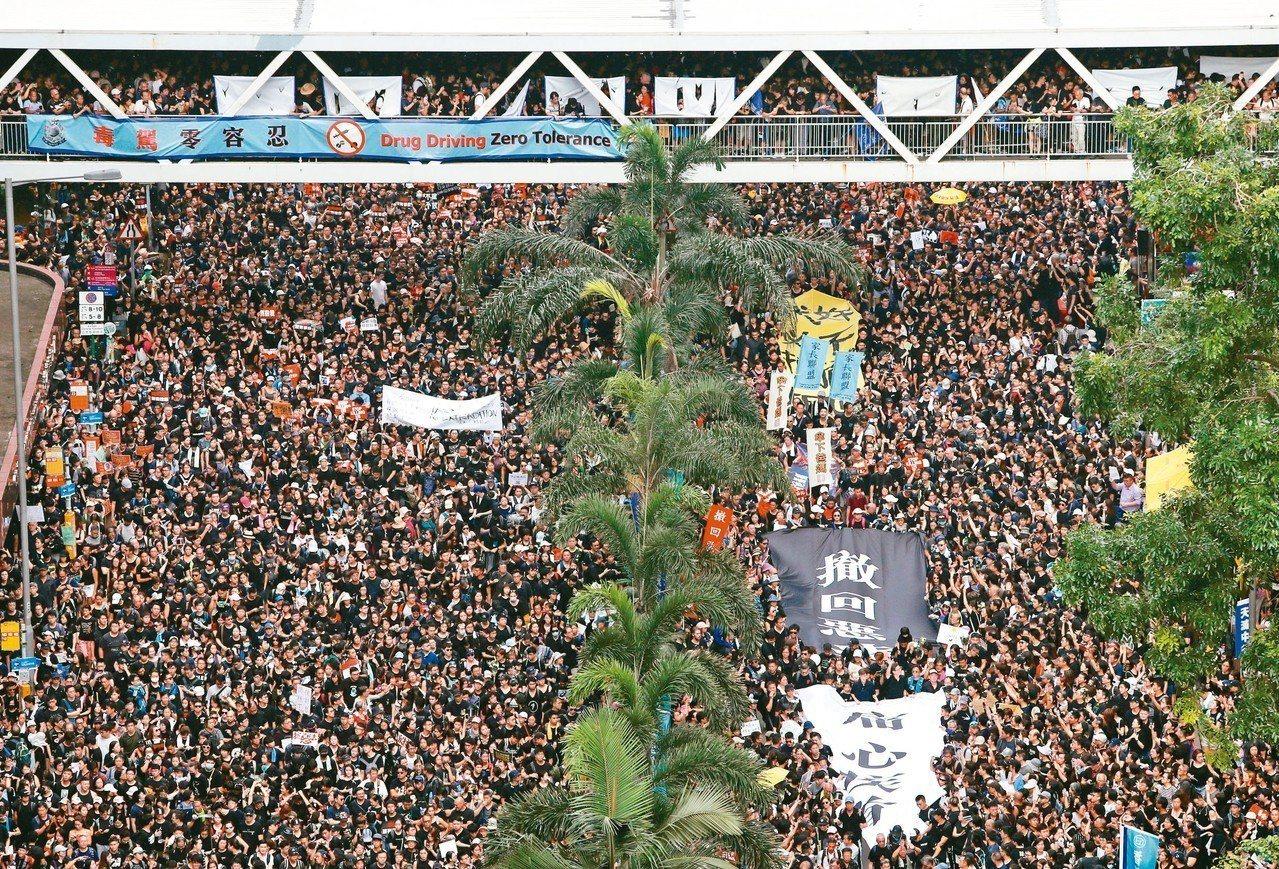 香港民陣十六日再度舉行反送中大遊行,破百萬民眾身穿黑衣擠爆街頭。 (路透)