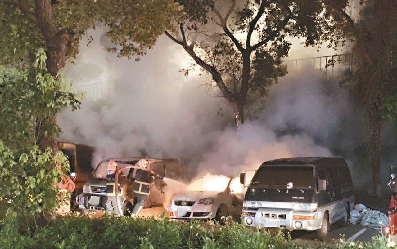 李姓男子在車上烤肉,卻燒毀自己的車(右二),還波及三輛車。 記者柯毓庭/翻攝