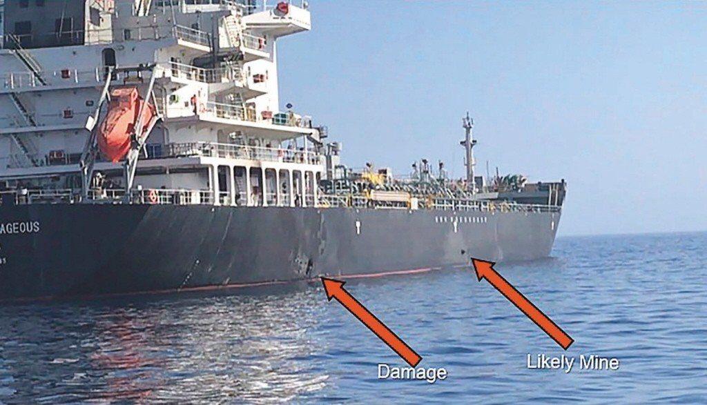 美軍中區司令部發布在阿曼灣遭攻擊的油輪國華勇氣號船體受損(左箭頭)及疑為水雷(右...