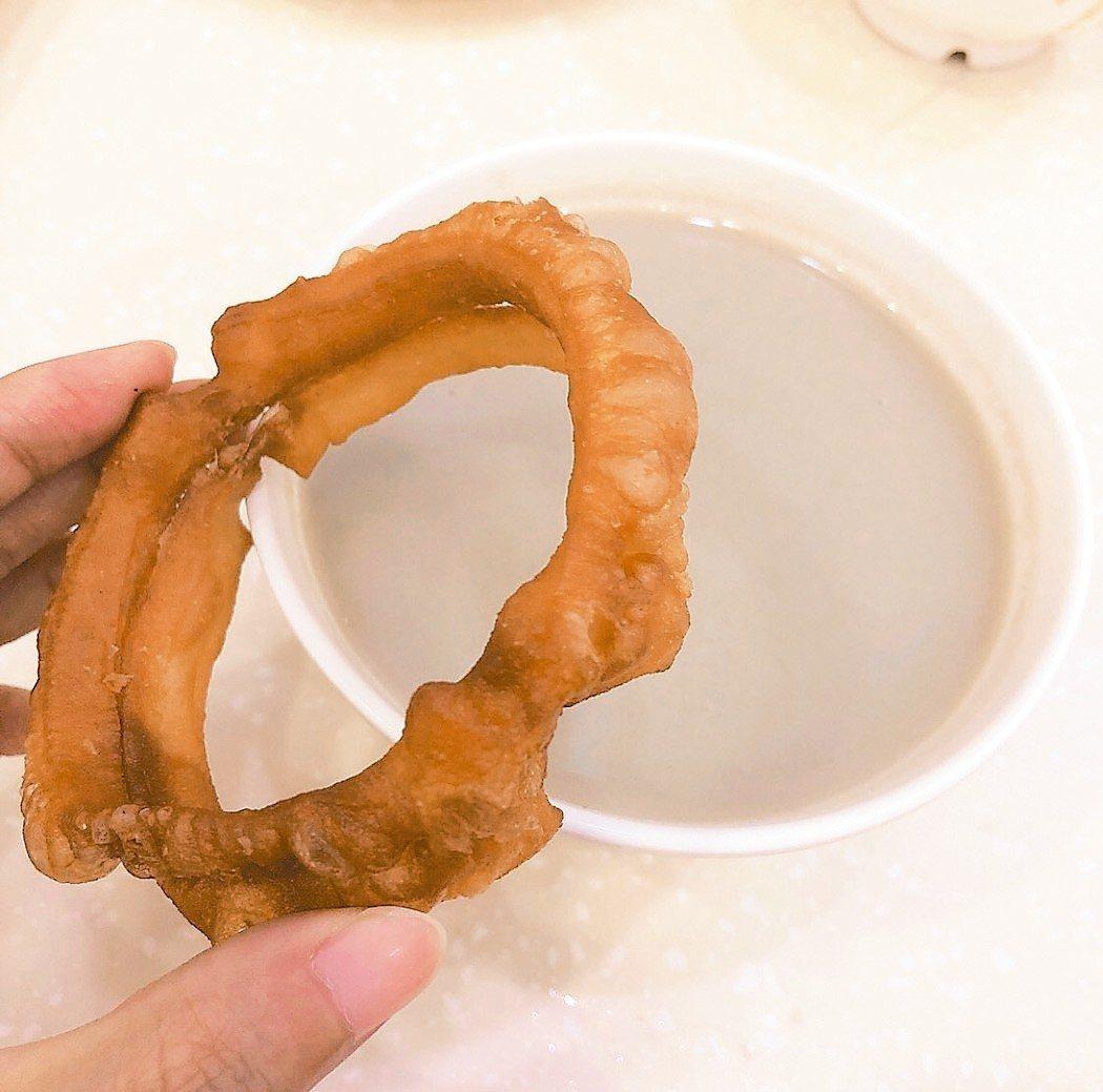 「豆汁」是北京特有的小吃,再配上油炸麵團「焦圈」,就是老北京最愛的傳統早餐組合。...