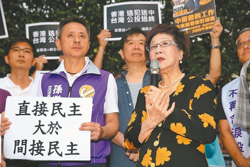 前副總統呂秀蓮(右)昨天前往立法院外聲援絕食救公投活動。 記者曾原信/攝影