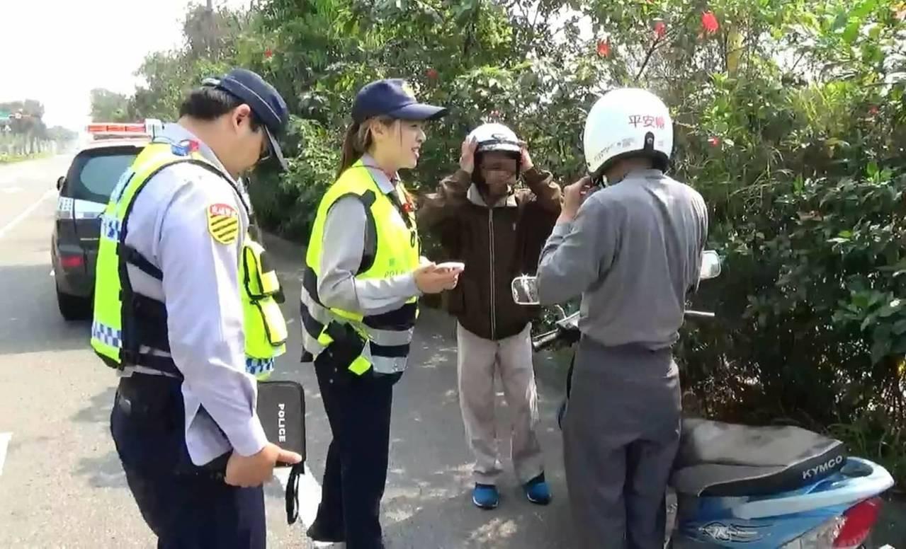 台南市警方推動「平安帽」專案,員警取締機車騎士未戴安全帽,還借出安全帽給騎士,保...