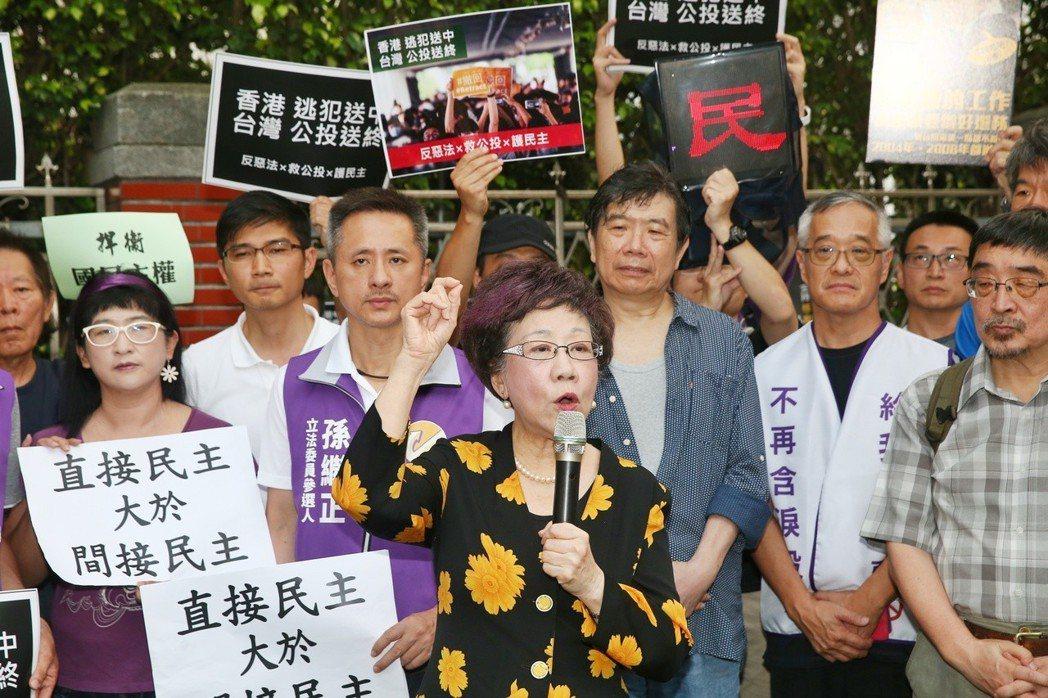前副總統呂秀蓮(中)昨天前往立法院外聲援絕食救公投活動。 記者曾原信/攝影