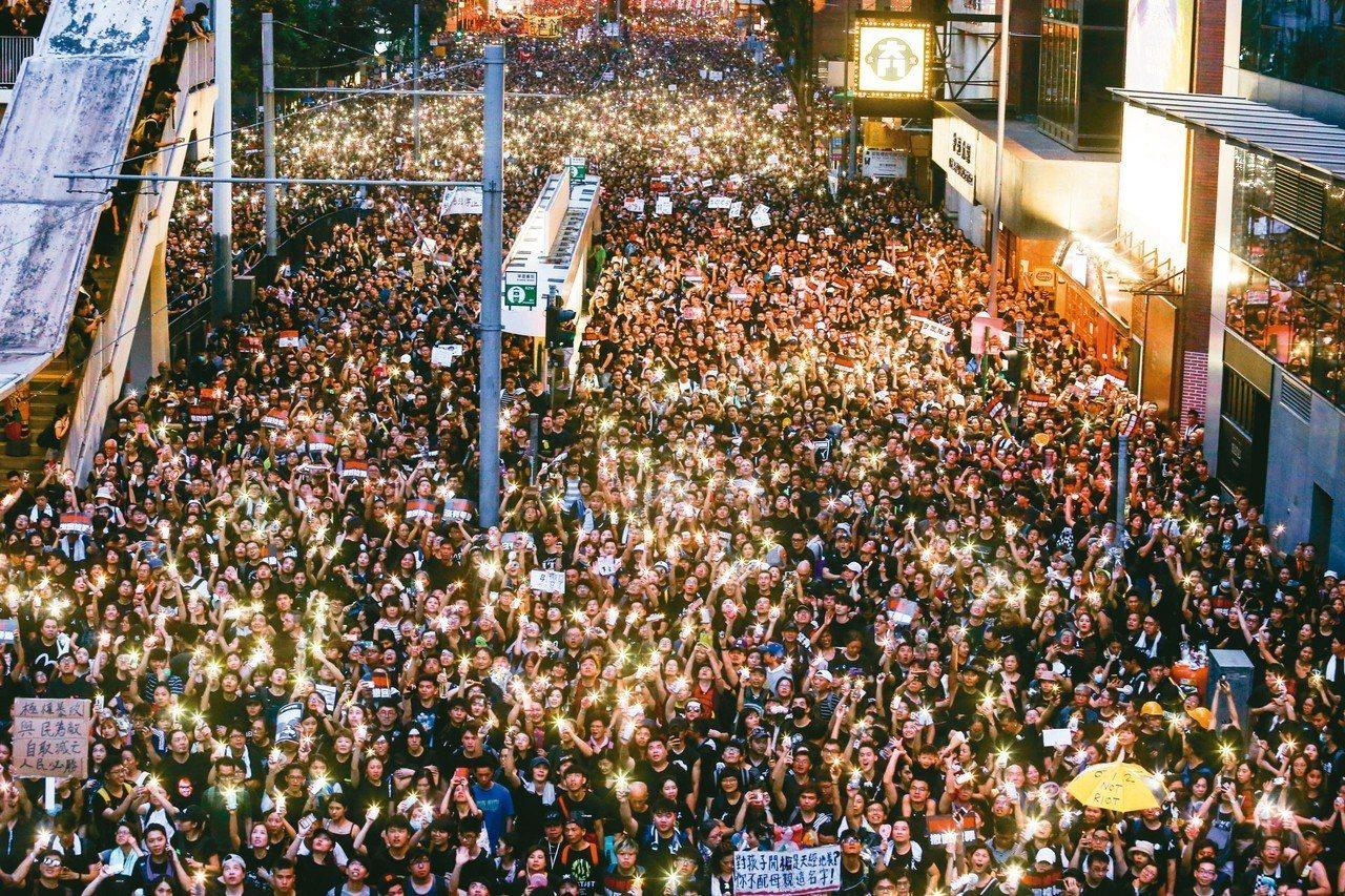 香港反送中大遊行十六日參與人數再破百萬,傍晚群眾點起手機燈光,燈海照亮港島。 特...