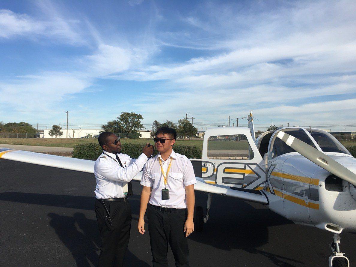 趙常捷(右)在美國與飛行主任教官合照。圖/教育部提供