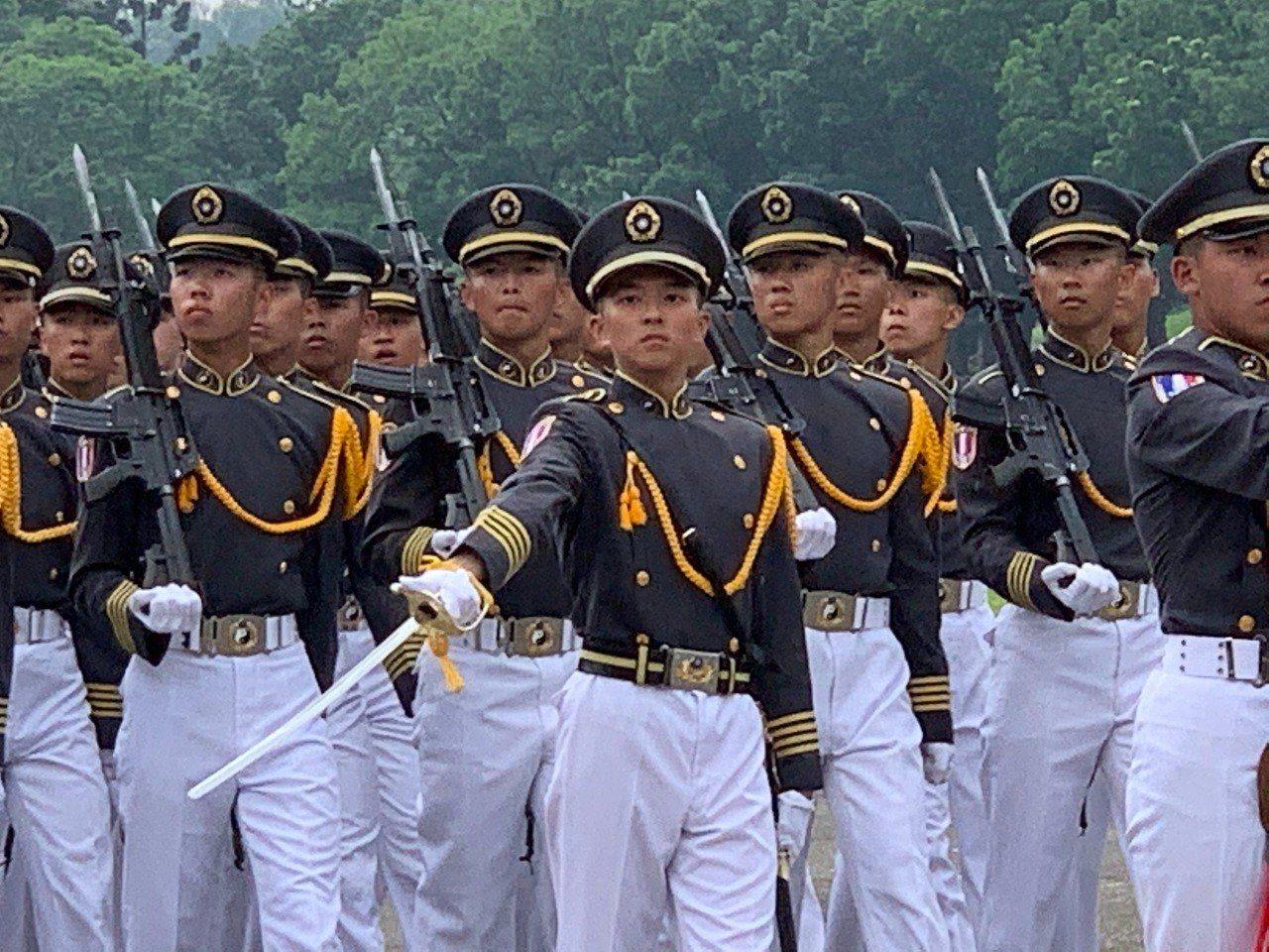 陸軍官校舉行95周年校慶典禮,由國防部長嚴德發主持,現場有盛大陸空分列式。 記者...