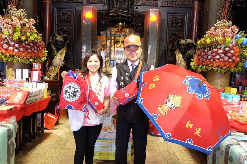 為鼓勵民眾捐血,雲林北港媽祖推出「北港媽祖常善傘、腰包」作為禮物。 圖/聯合報系...