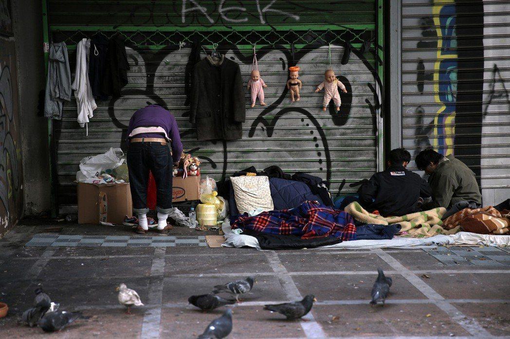 雅典市中心經常可見遊民席地而睡。 (歐新社)