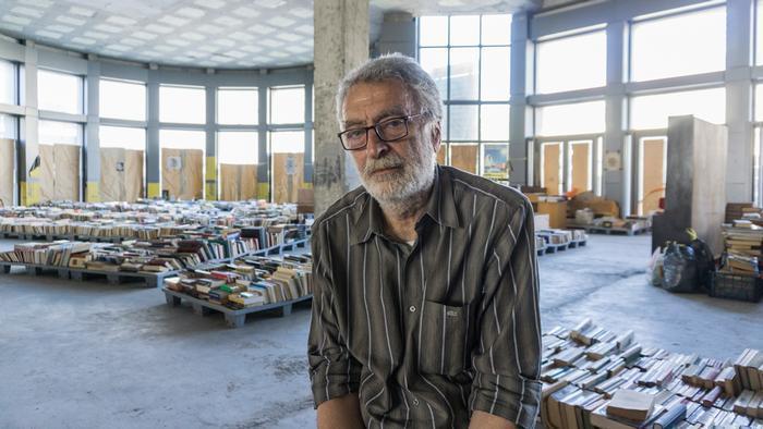 70歲的克爾索密斯開設全希臘第一家二手書店,讓遊民營運,使其不至流落街頭。 圖/...