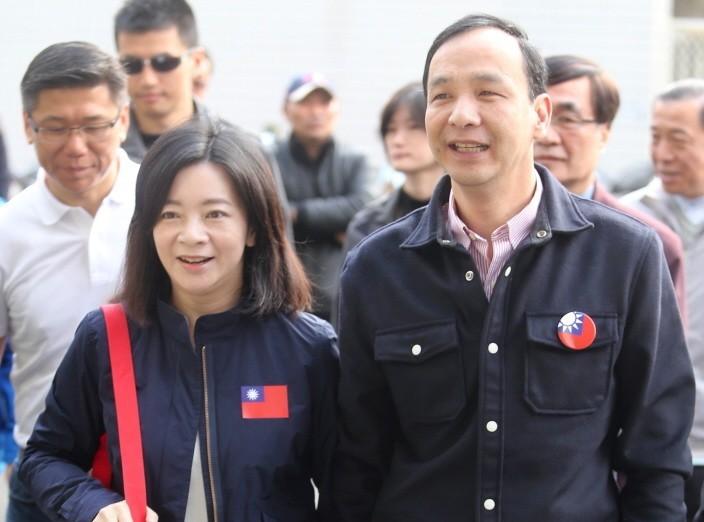 新北市前市長朱立倫(右)與妻子高婉倩(左)。 圖/聯合報系資料照片