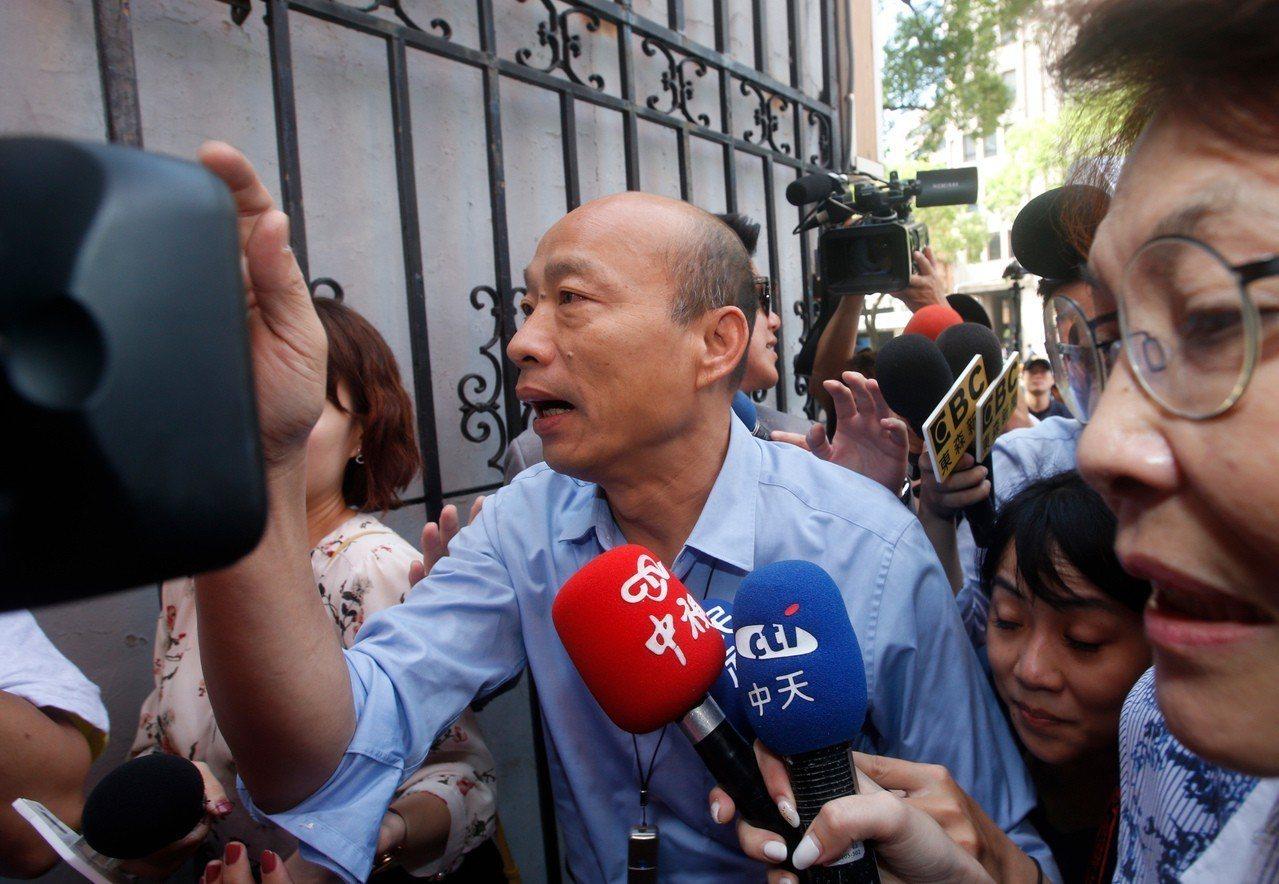 為爭取防治登革熱預算,高雄市長韓國瑜上午臨時前往立法院,遭遇大批媒體包圍採訪。 ...