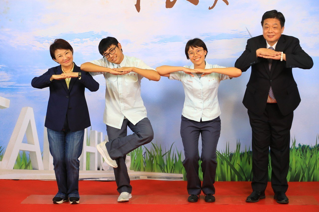 台中市長盧秀燕卡哇伊的拍照姿勢,逗得畢業生很開心。 記者陳秋雲/攝影