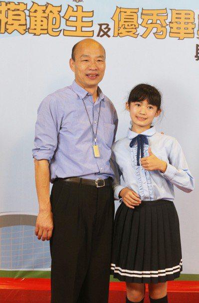 各校市長獎畢業生輪流與高雄市長韓國瑜合影留念。 圖/聯合報系資料照片