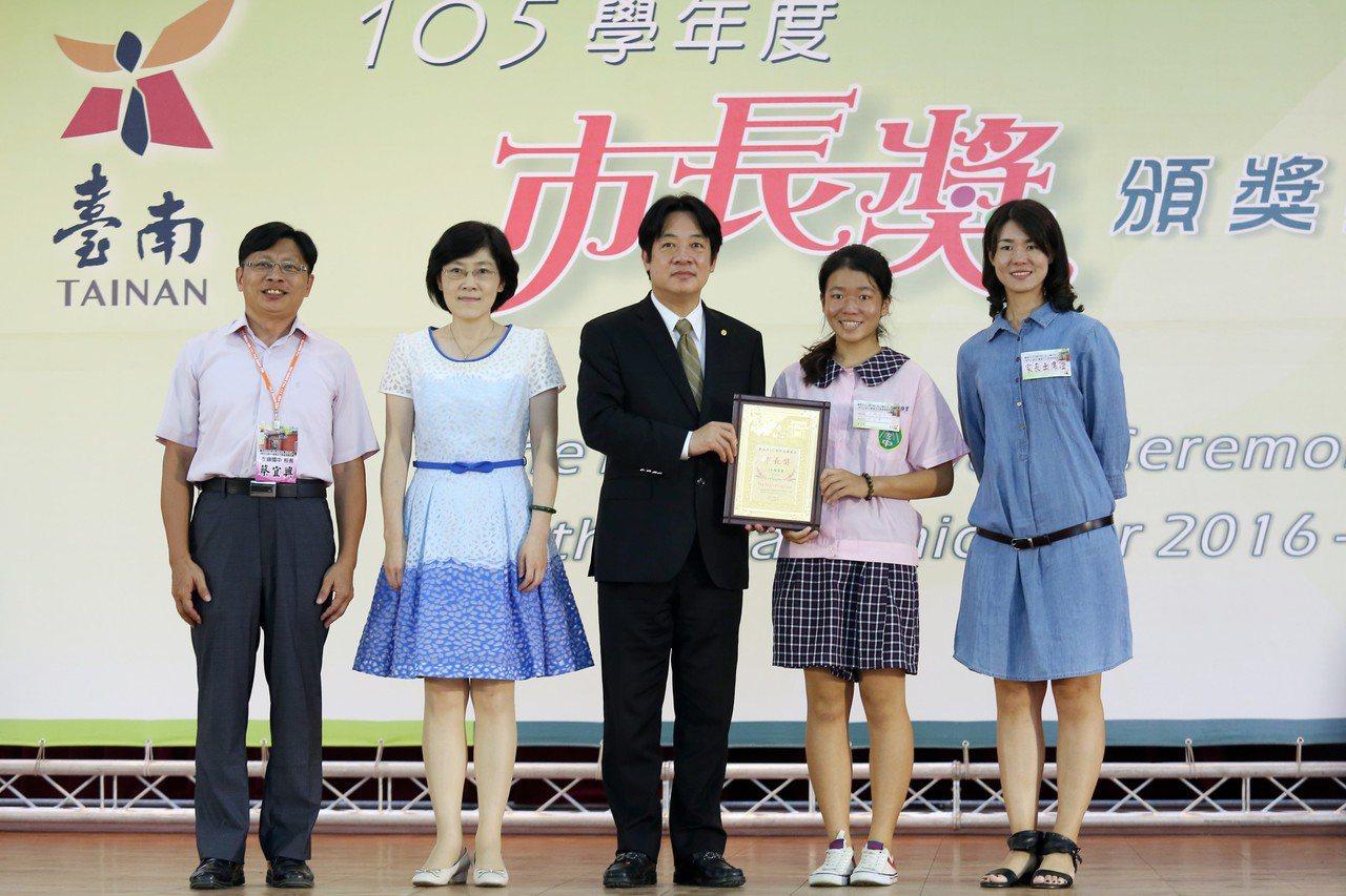 行政院前院長賴清德(中)在擔任台南市長期間,不僅把市長得獎學生增加3倍,還舉辦多...