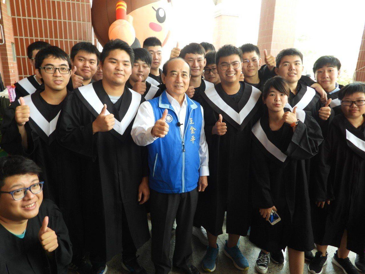 王金平參加遠東科大畢業典禮,他年年參加,很受學生歡迎。 圖/聯合報系資料照片