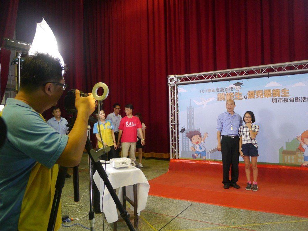 高雄市長韓國瑜分區與全市市長獎學生合影,展現高效率,平均10秒可完成一張合影。 ...