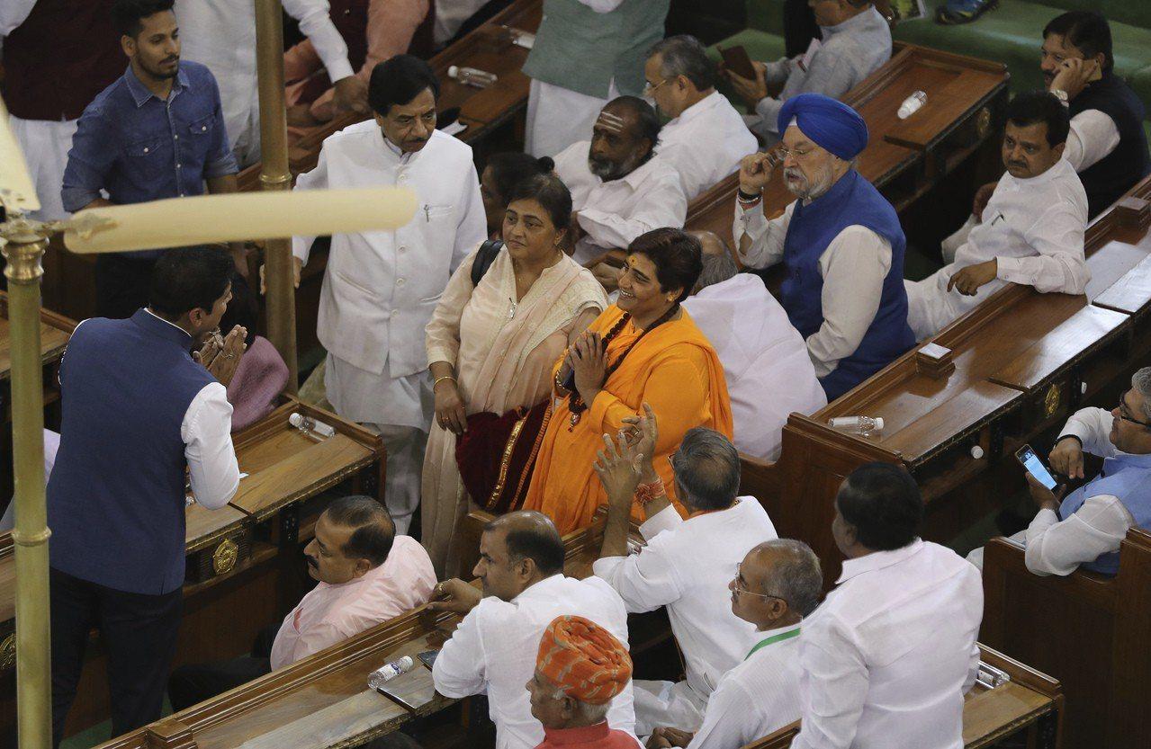 印度執政黨人民黨的新科國會議員薩庫爾(中穿橘衣者)上月造訪該黨總部。薩庫爾被控和...