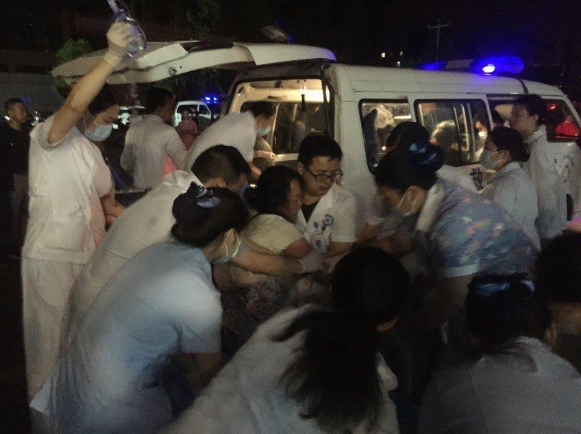 四川省宜賓市發生規模6的地震造成傷亡,醫護人員緊急將傷者送醫。 新華社