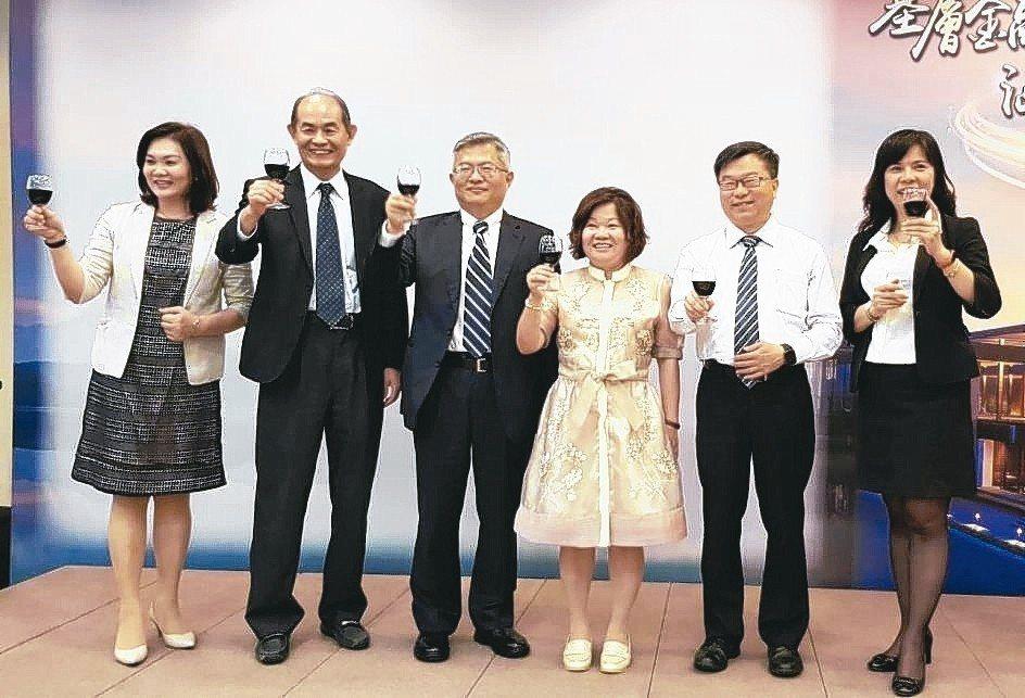 欣台保經董事長蘇晉川(左三)與管理團隊感謝同仁的努力。 欣台保經/提供