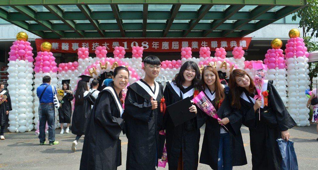 畢業生離校前開心留影。  陳慧明 攝影
