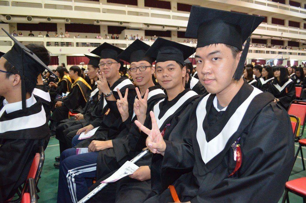 4位視障生歡喜畢業。  陳慧明 攝影