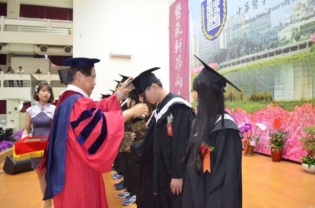 曾信超校長為畢業生代表撥穗。  陳慧明 攝影