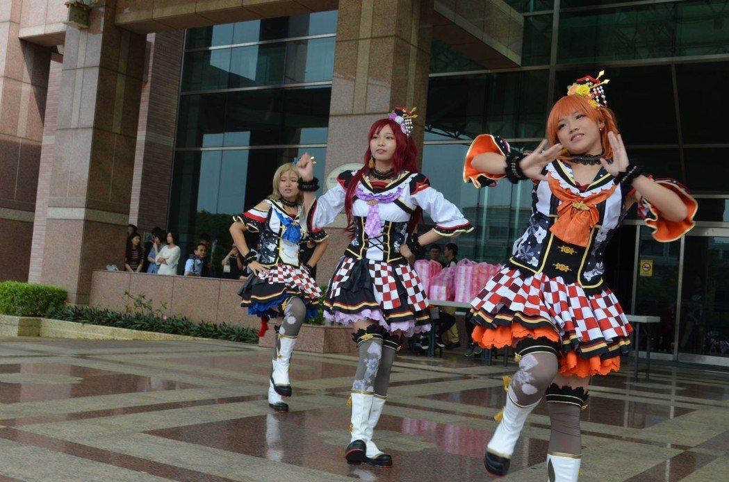 動漫社學妹以舞蹈表演為學長姐祝福。  陳慧明 攝影