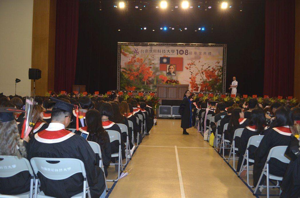 南應大畢業生齊聚參加畢業典禮。  陳慧明 攝影